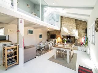 Réaménagement intérieur de l'espace de vie avec mezzanine:  de style  par Carimalo