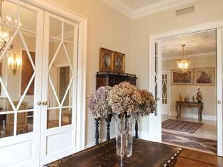 La casa classica: Soggiorno in stile in stile Classico di Architetto De Grandi