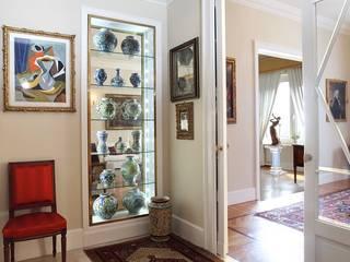La casa classica: Ingresso & Corridoio in stile  di Architetto De Grandi