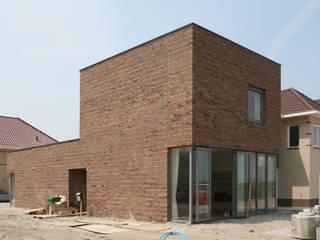 Beeld voorzijde: minimalistische Huizen door architectuurstudio Kristel