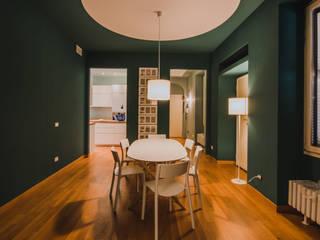 Modern dining room by luogo comune Modern