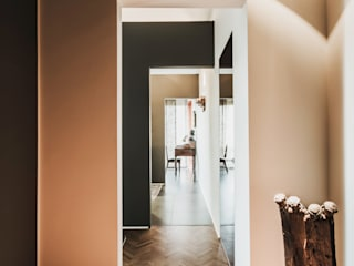 Classic style corridor, hallway and stairs by luogo comune Classic