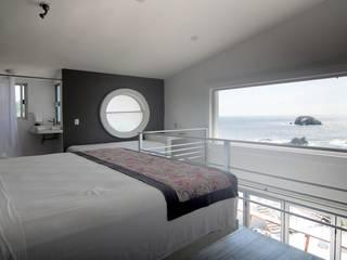 Hotel AIKIA Salas multimedia minimalistas de REC Arquitectura Minimalista