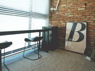 [홈라떼] 화사하고 블링블링한 30평대 홈스타일링: homelatte의  베란다