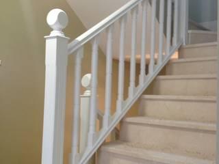 Cooperativa de la madera 'Ntra Sra de Gracia' 玄關、走廊與階梯階梯 複合木地板 White