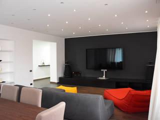 Soggiorno/sala cinema: Soggiorno in stile in stile Moderno di studio 'dragora architettura e paesaggio