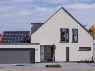 Straßenansicht Hauseingang und Garage:  Einfamilienhaus von KitzlingerHaus GmbH & Co. KG
