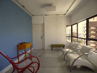 Sala  com cozinha integrada: Salas de estar  por Claudé Pessoa Arquitetura e Interiores