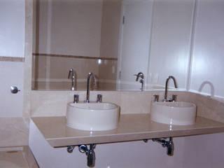 Reforma de apartamento de cobertura triplex no Leblon, Rio de Janeiro. Banheiros modernos por HL Arquitetura & Design Moderno