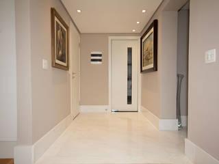 personalização de apartamento: Corredores e halls de entrada  por NAHAS NETO ARQUITETURA PLANEJAMENTO E CONSTRUÇÃO