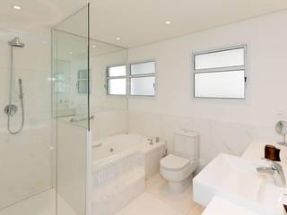 personalização de apartamento: Banheiros  por NAHAS NETO ARQUITETURA PLANEJAMENTO E CONSTRUÇÃO
