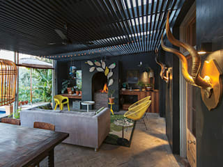 The Black House:  Patios by Etienne Hanekom Interiors