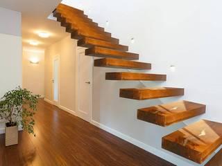 Resin and briccola stairs: Ingresso & Corridoio in stile  di ANTICO TRENTINO S.R.L.