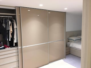 Fitted sliding door wardrobe - Minimalist Style Sliding Doors par Kleiderhaus ltd Moderne