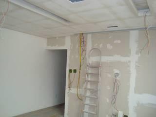 Sala de TV - Centro Taubaté - SP por Fernanda Marcondes Arquitetura & Interiores