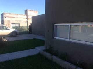 CASA FAMILIAR MODERNA Casas modernas: Ideas, imágenes y decoración de OAC srl Moderno