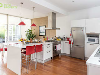 Classic style kitchen by Foto Property Classic