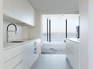 Studioküche: minimalistische Küche von berlincuisine