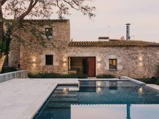 Castillo de Peratallada, Girona: Casas de estilo  de MESURA
