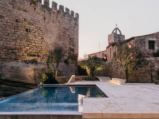 Castillo de Peratallada, Girona: Piscinas de estilo  de MESURA