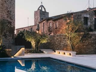 Castillo de Peratallada, Girona: Jardines de estilo  de MESURA