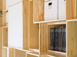 Despacho en ático bajo cubierta Estudios y despachos de estilo mediterráneo de DIKA estudio Mediterráneo