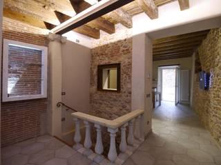 Recupero in centro storico a Verona: Ingresso & Corridoio in stile  di architetture e restauri biocompatibili