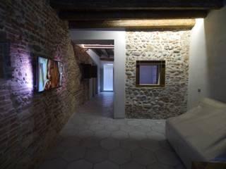 Recupero in centro storico a Verona: Sala da pranzo in stile in stile Rustico di architetture e restauri biocompatibili