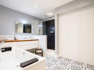 Conception d'une salle de bains Salle de bain minimaliste par Atelier IDEA Minimaliste