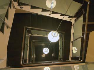 Edificios de Viviendas Pasillos, vestíbulos y escaleras de estilo moderno de E.PARADINAS·ARQUITECTO Moderno