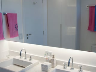 Phòng tắm phong cách chiết trung bởi kaleidoscope arquitetura de experiencia Chiết trung