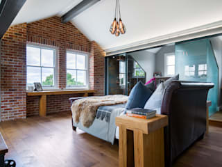 Contemporary Master Bedroom & Bathroom Suite in loft space モダンスタイルの寝室 の Paul Langston Interiors モダン
