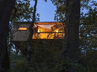 cabane dans les arbres: Hôtels de style  par CABANE & SPA Pella Roca