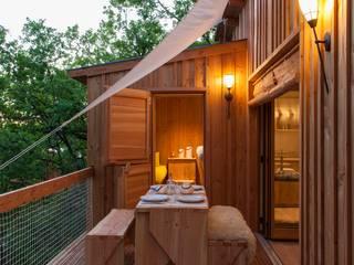 terrasse cabane en bois: Hôtels de style  par CABANE & SPA Pella Roca