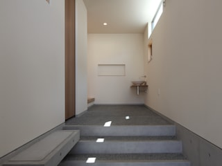 Modern Corridor, Hallway and Staircase by 川島建築事務所 Modern
