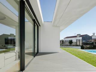 Vista do exterior - alpendre Casas minimalistas por homify Minimalista Madeira Acabamento em madeira