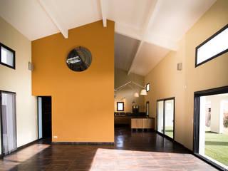 Villa cathédrale: Salon de style  par Amélie Soriano