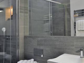 Phòng tắm phong cách hiện đại bởi homify Hiện đại Gạch ốp lát