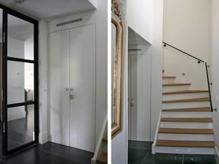 Corredores, halls e escadas modernos por Doreth Eijkens | Interieur Architectuur Moderno