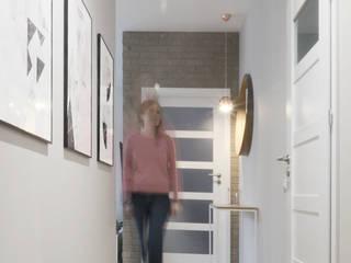 WNĘTRZE_SZCZECIN_KRZEKOWO Nowoczesny korytarz, przedpokój i schody od GÓRSKI CHMIELEWSKA ARCHITEKCI Nowoczesny