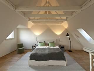 Sanierung nach Mass: klassische Schlafzimmer von Juho Nyberg Architektur GmbH