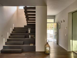 Villa M Ingresso, Corridoio & Scale in stile moderno di A ZERO STUDIO Moderno