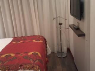 Detalle de la placa tv y perchero: Dormitorios de estilo  por D&C Interiores