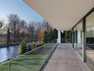 VAN ROOIJEN ARCHITECTEN Balcone, Veranda & Terrazza in stile moderno Vetro Bianco