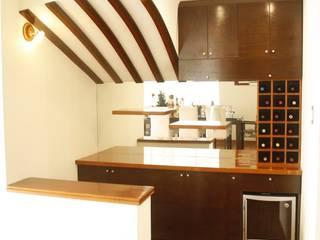 Zona de Bar: Bodegas de vino de estilo  por Spacio5