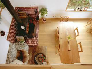 2階ロフトから居間: 竹内建築設計事務所が手掛けたリビングです。