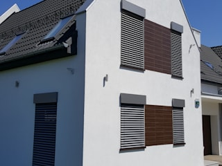 Żaluzje Fasadowe C80: styl nowoczesne, w kategorii Domy zaprojektowany przez SPIN Bobko i Staniewski sp.j.