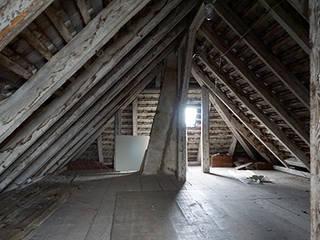 Umbau Dachkammern zu Dachgeschoss-Loftwohnung: modern  von schott architekten,Modern