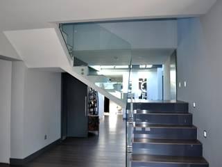 Hall de entrada : Pasillos y vestíbulos de estilo  de Arqbellytura