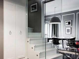 147m2 of French elegance. Klasyczny korytarz, przedpokój i schody od TiM Grey Interior Design Klasyczny